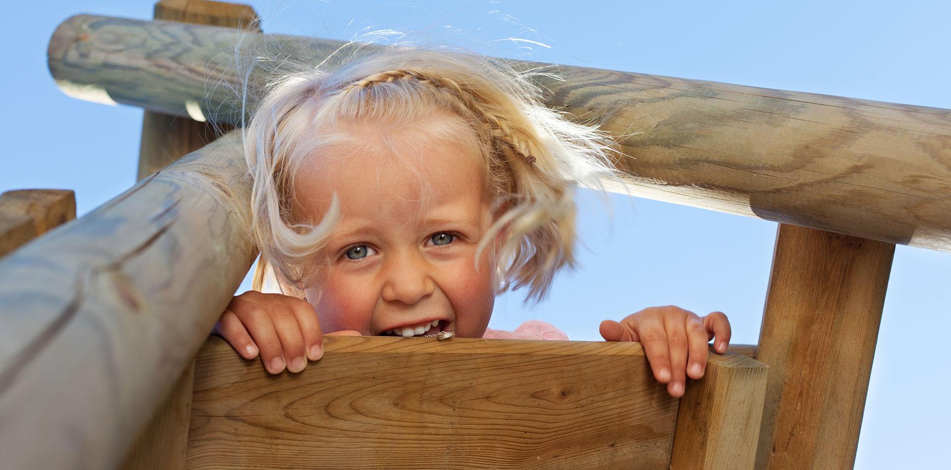 Mit dem Spielturm hat das Mädchen Spaß beim Spielen