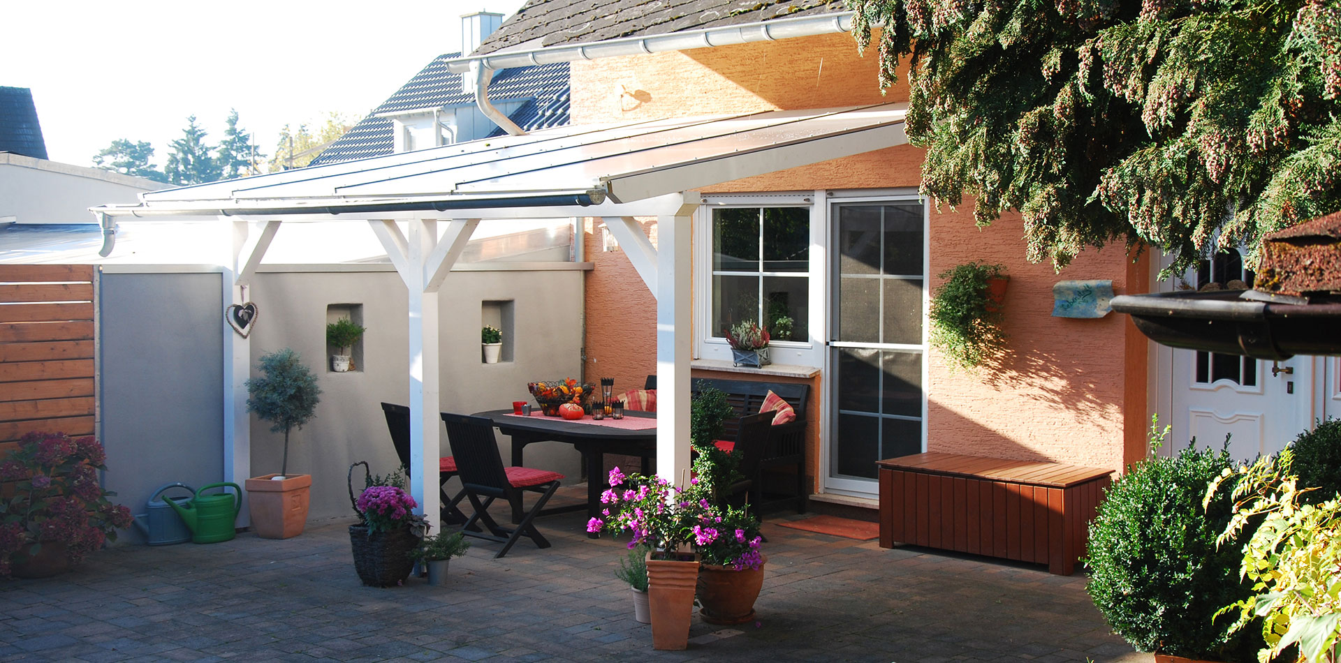 Terrassenüberdachung in Weiß mit gemütlicher Sitzecke