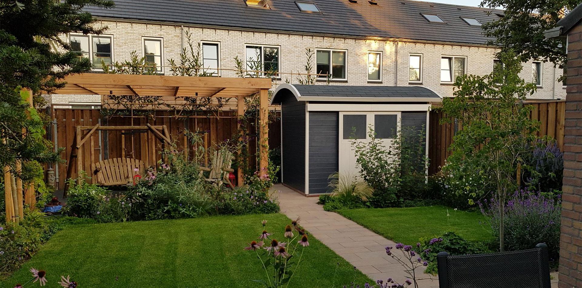 Bogendach Gartenhaus mit Schiebetür und Schaukel zum Relaxen
