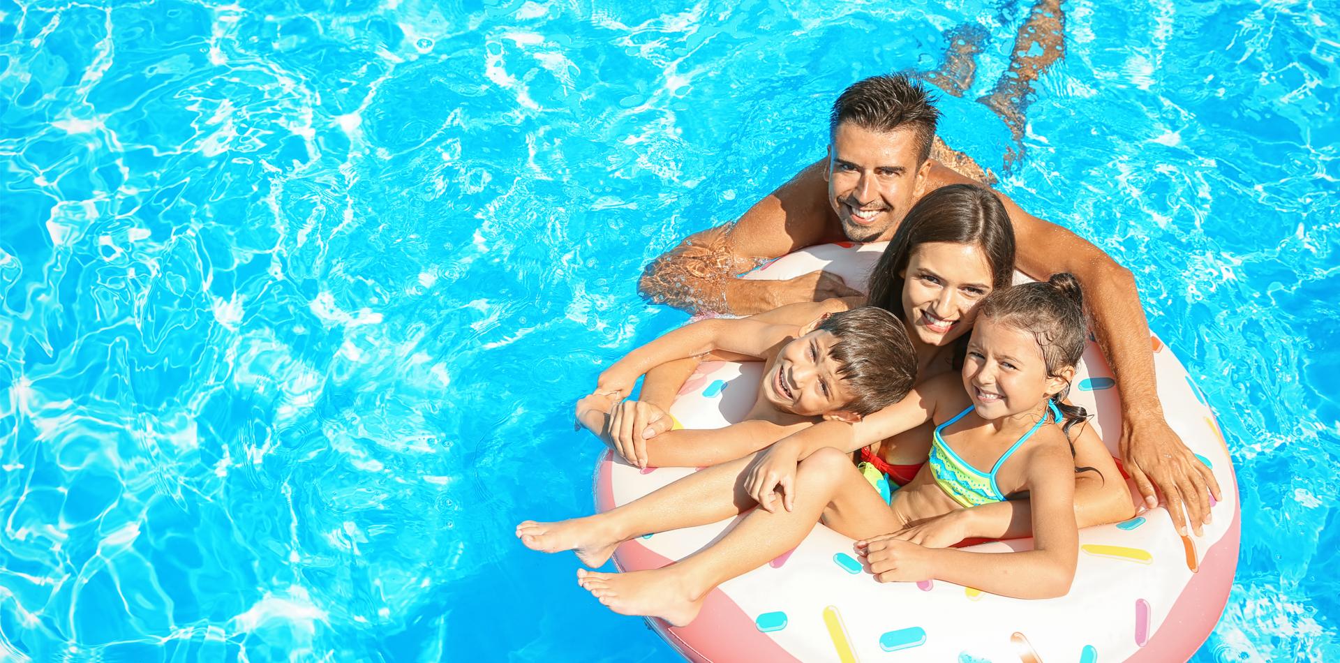 Familie hat Badespaß im Swimmingpool Holz
