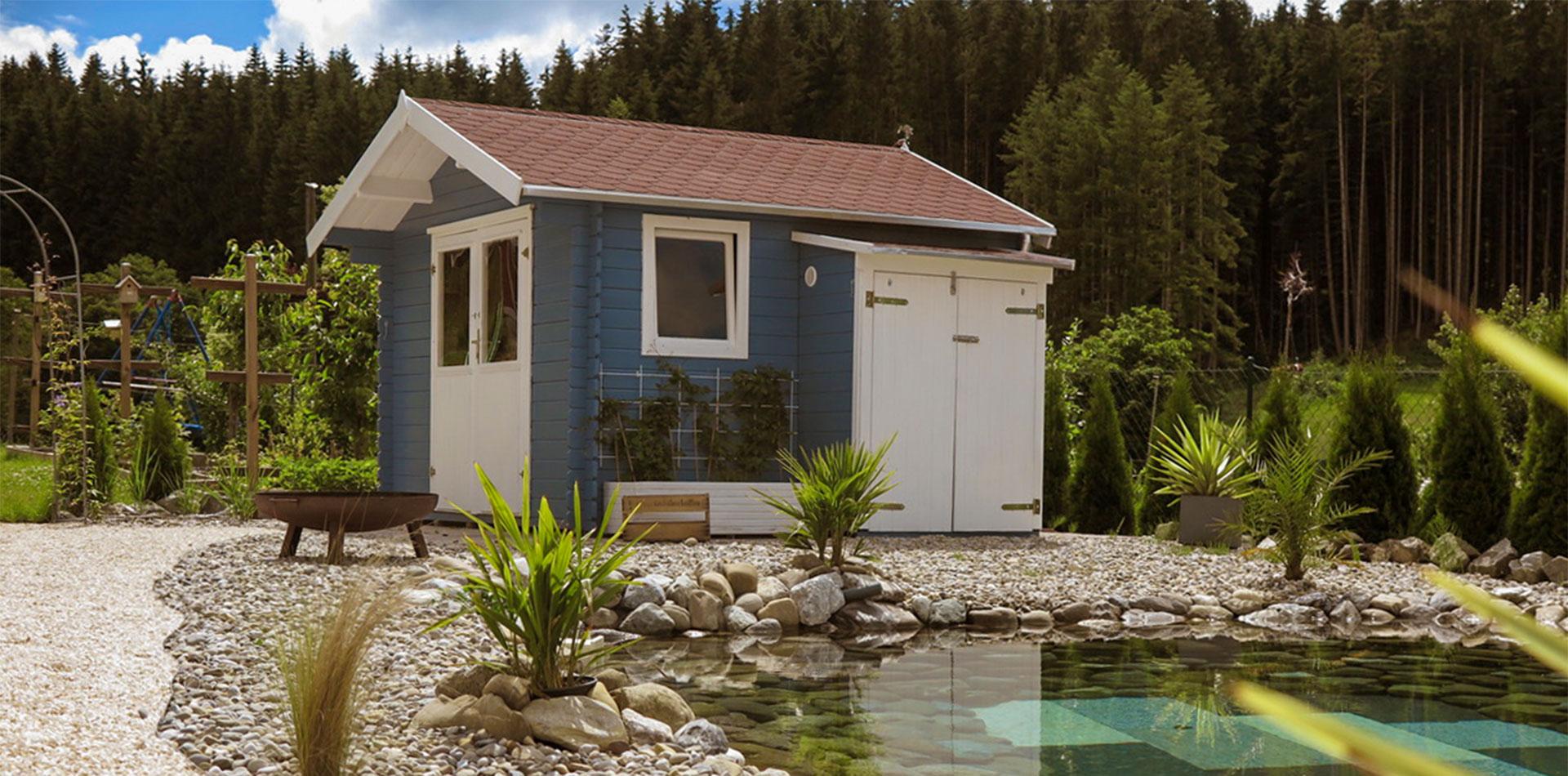 Blaues Satteldach Gartenhaus von WEKA am Teich