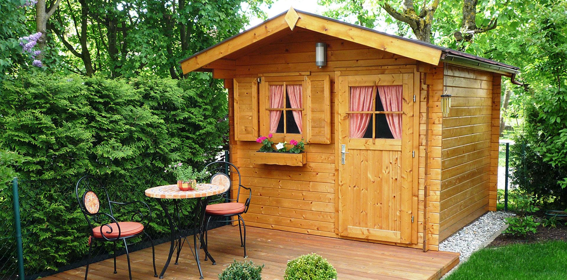 Gartenhaus mit Zubehör für Gartenhäuser, wie Fenster, Fensterladen und Blumenkasten