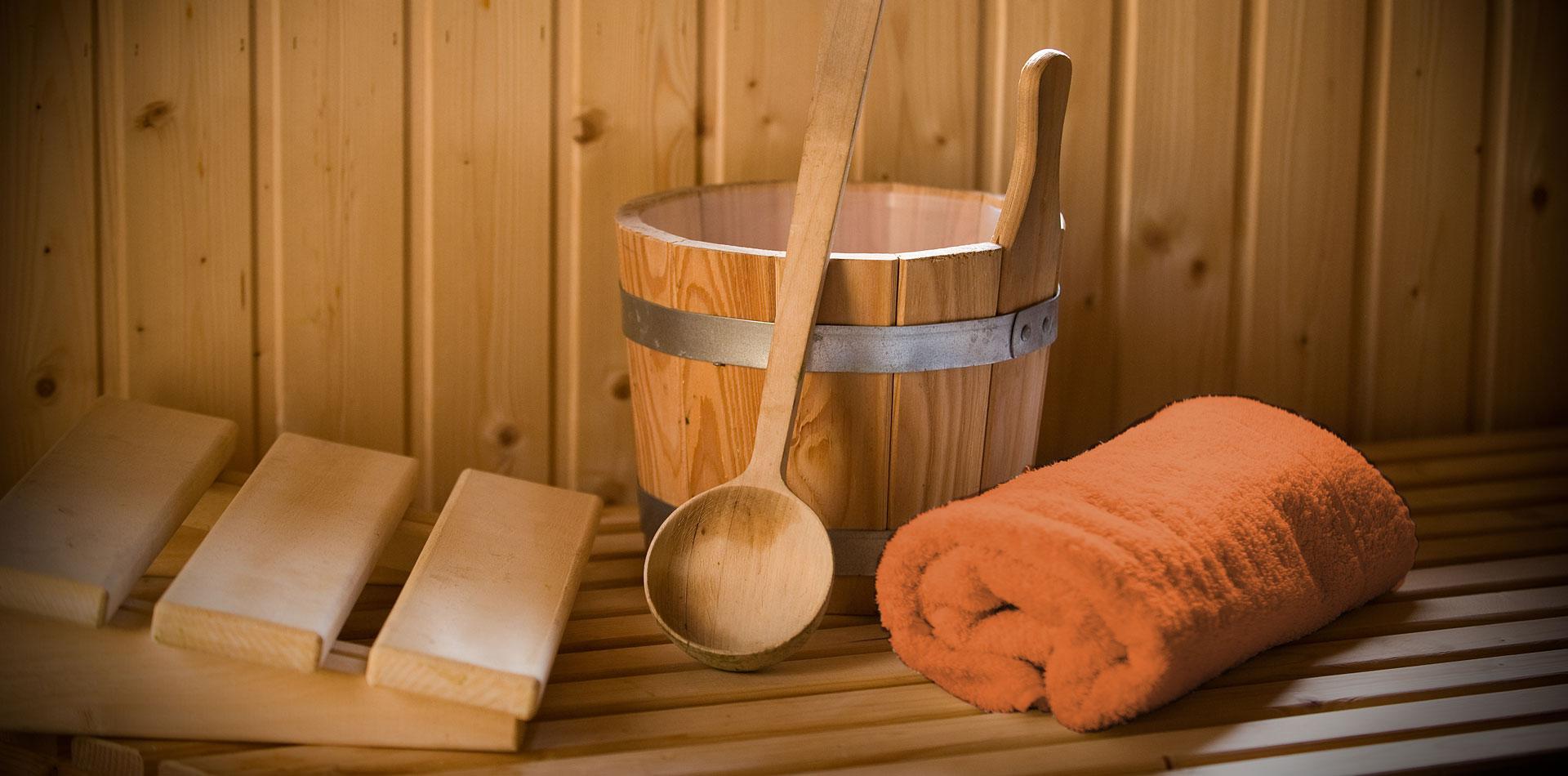 Saunazubehör, z. B. Kopfstütze, Saunatuch und Fußkübel zum Entspannen
