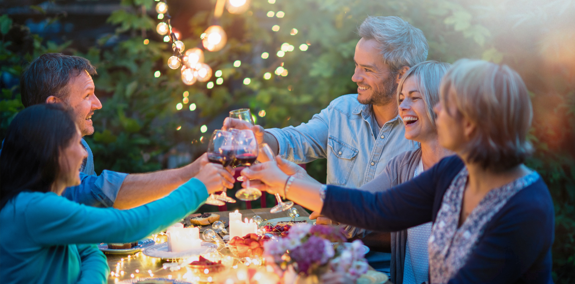 Feiern im Garten mit Freunden und Holzhäusern von WEKA